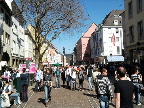 ドイツ・フライブルク市の活気ある市街地
