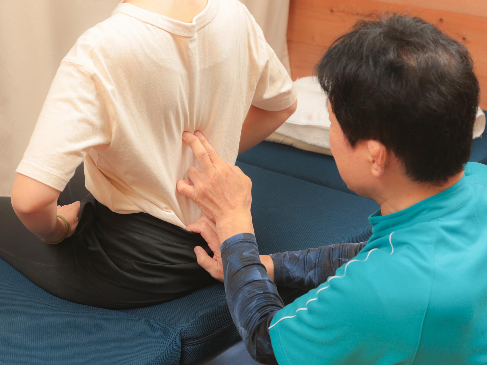 施術後の症状と背骨の位置を再度確認します