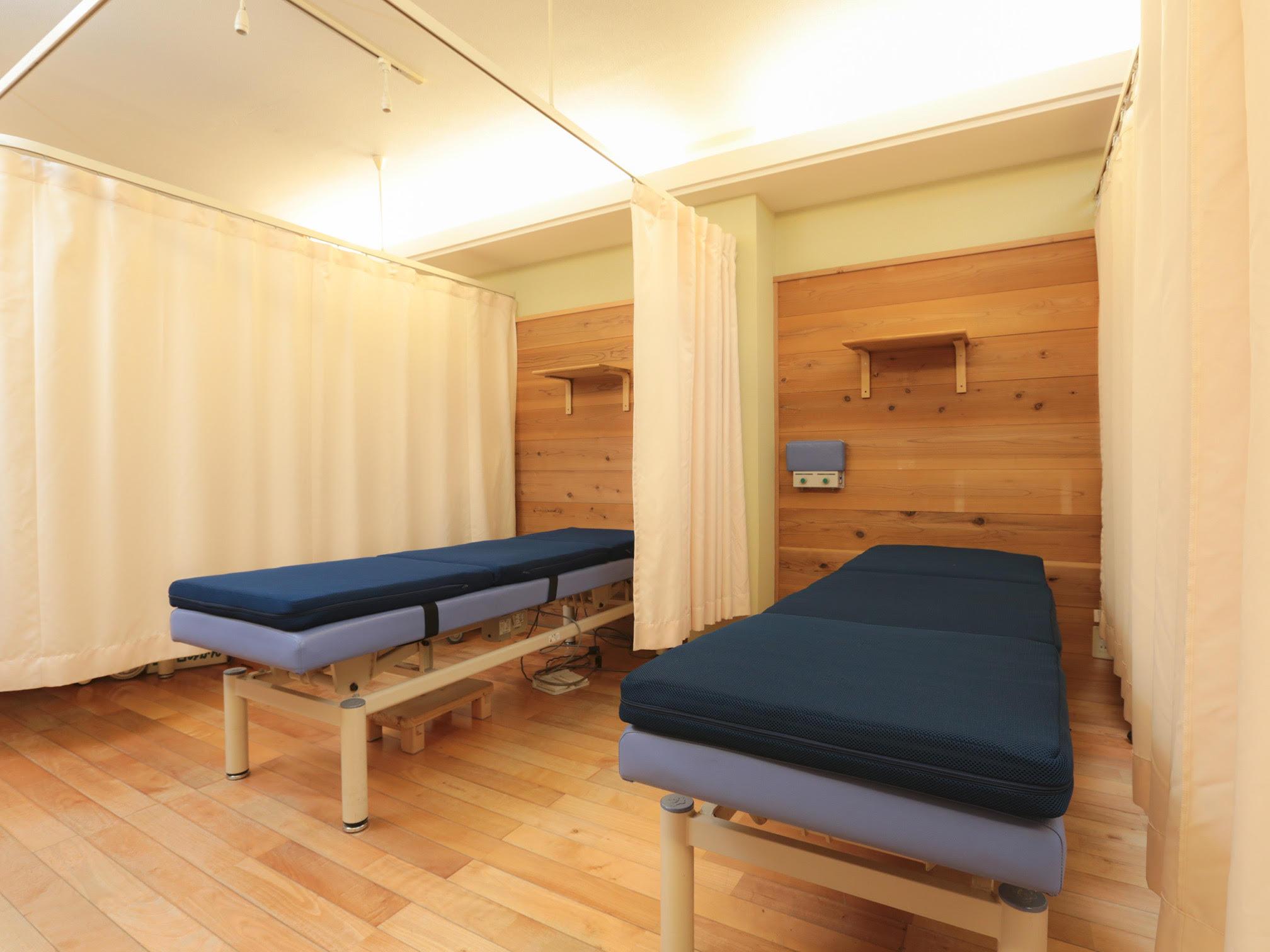 ベッドは2つ並んでいますが、同時にお二人の施術は行いません