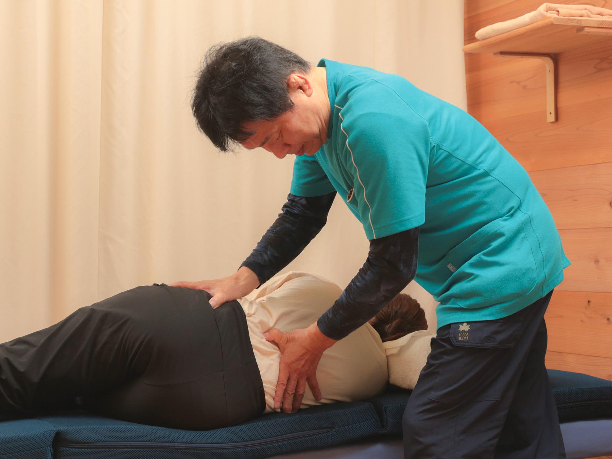 背骨を一つ一つ確認しながら施術を進めます