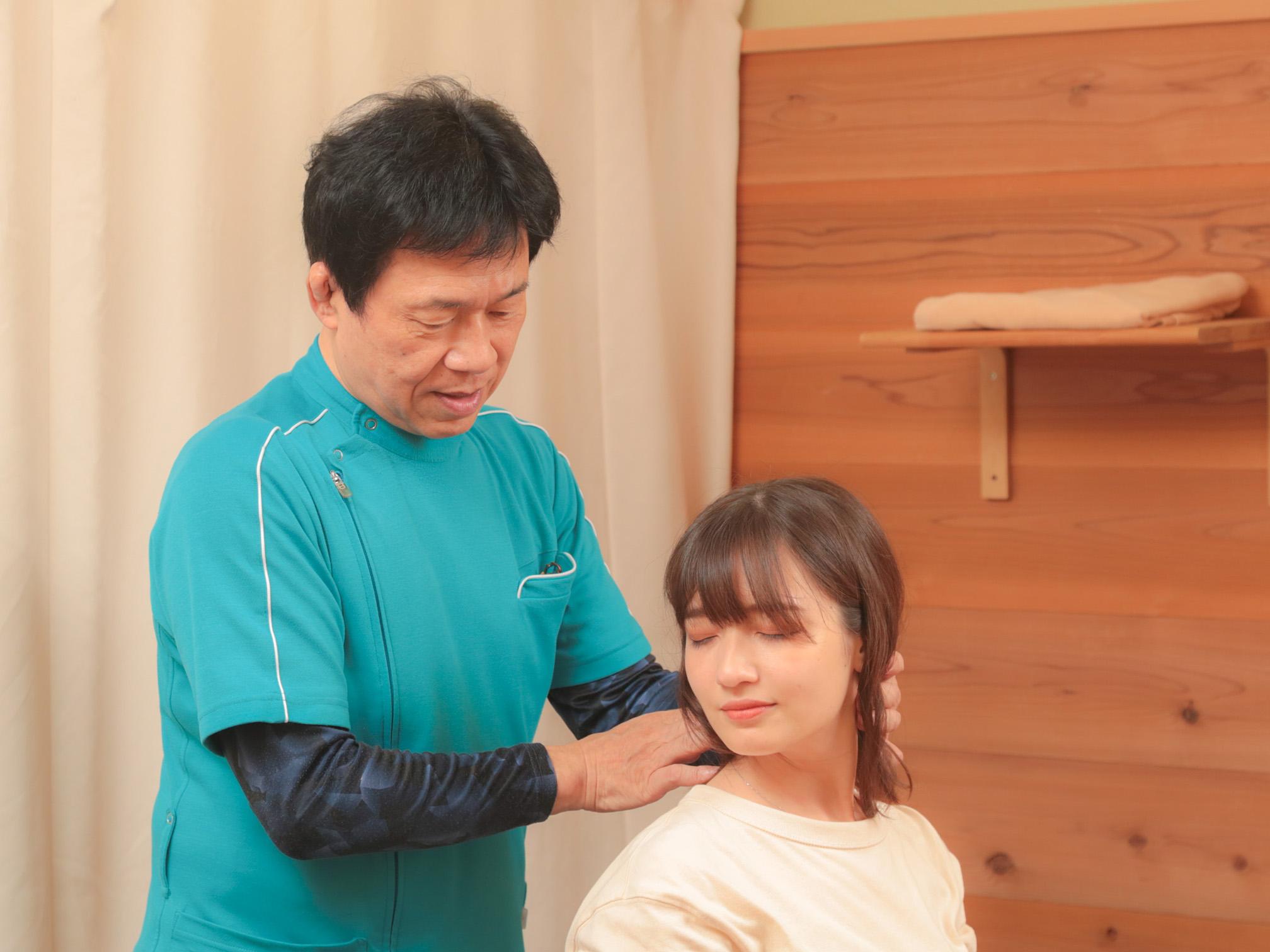 施術前の痛みその他症状の有無を確認します