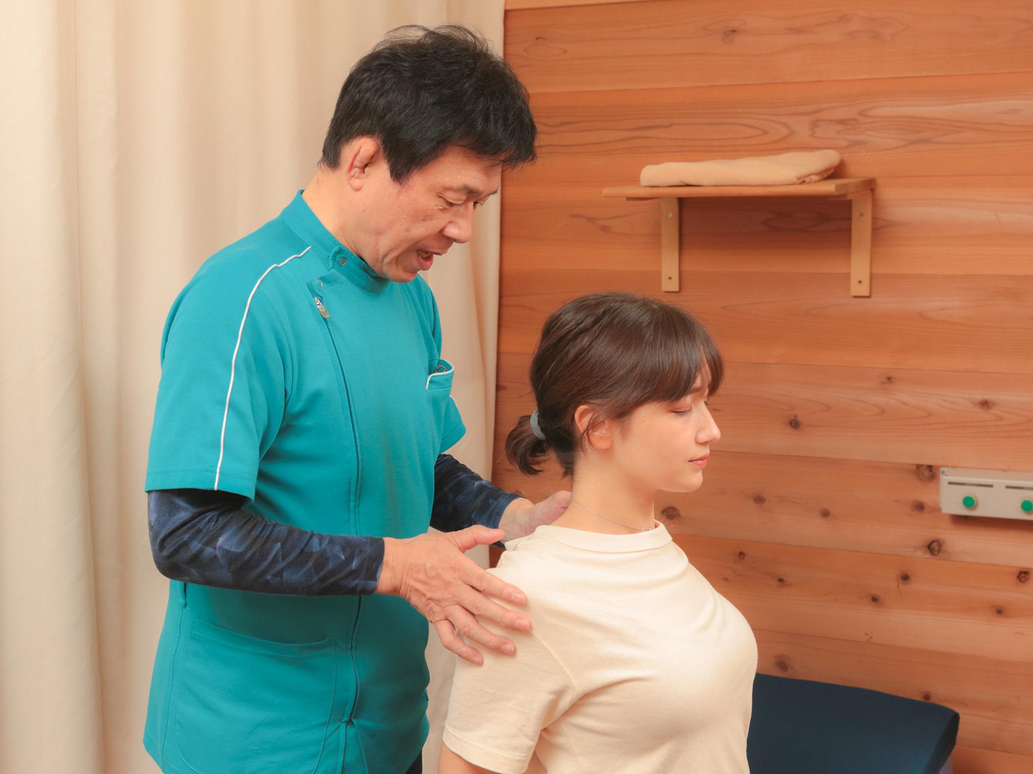 肩甲骨の動きや背中のコリ感・張り感を確認します