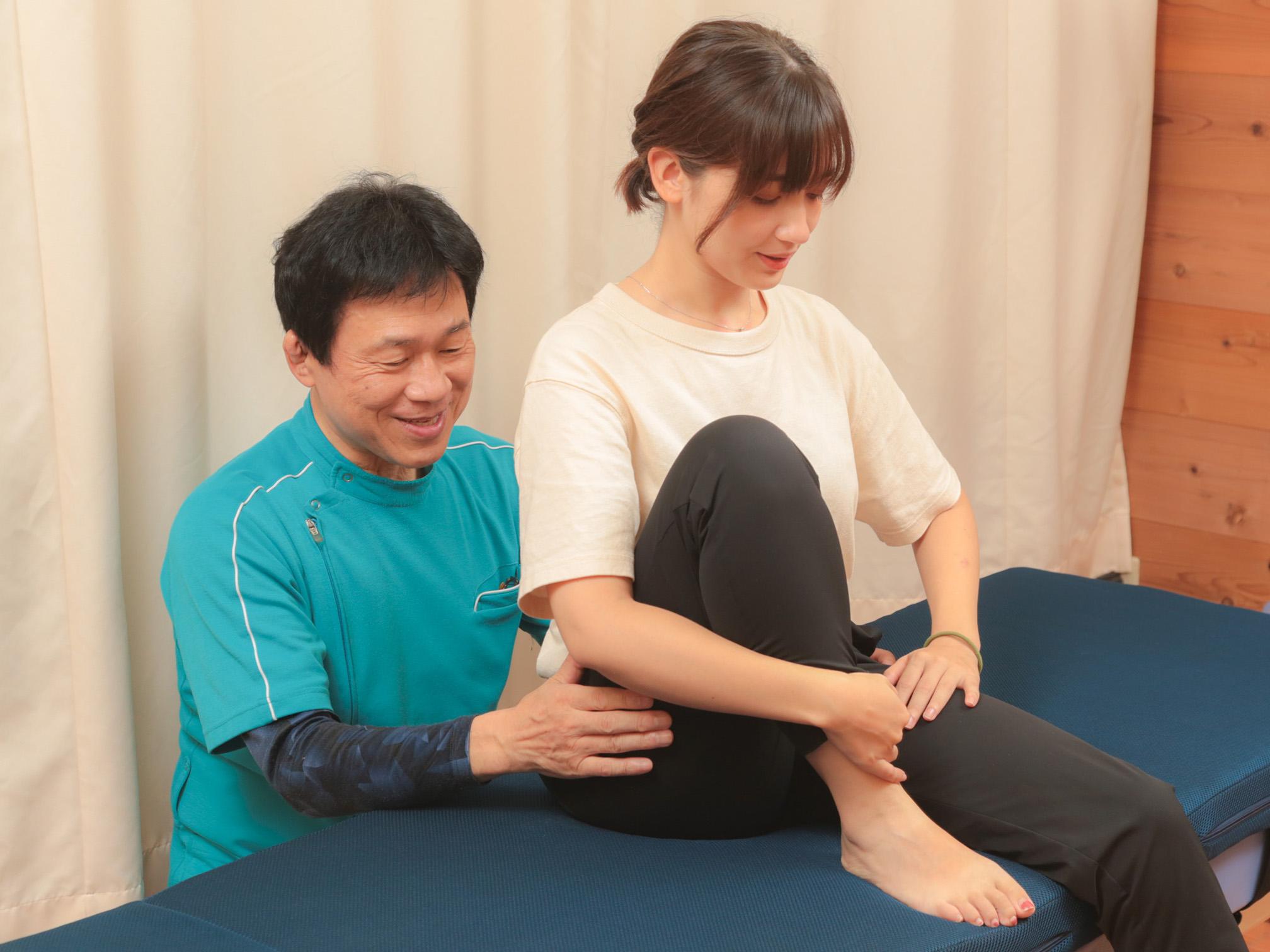 左右の関節の動きや痛みを比較します