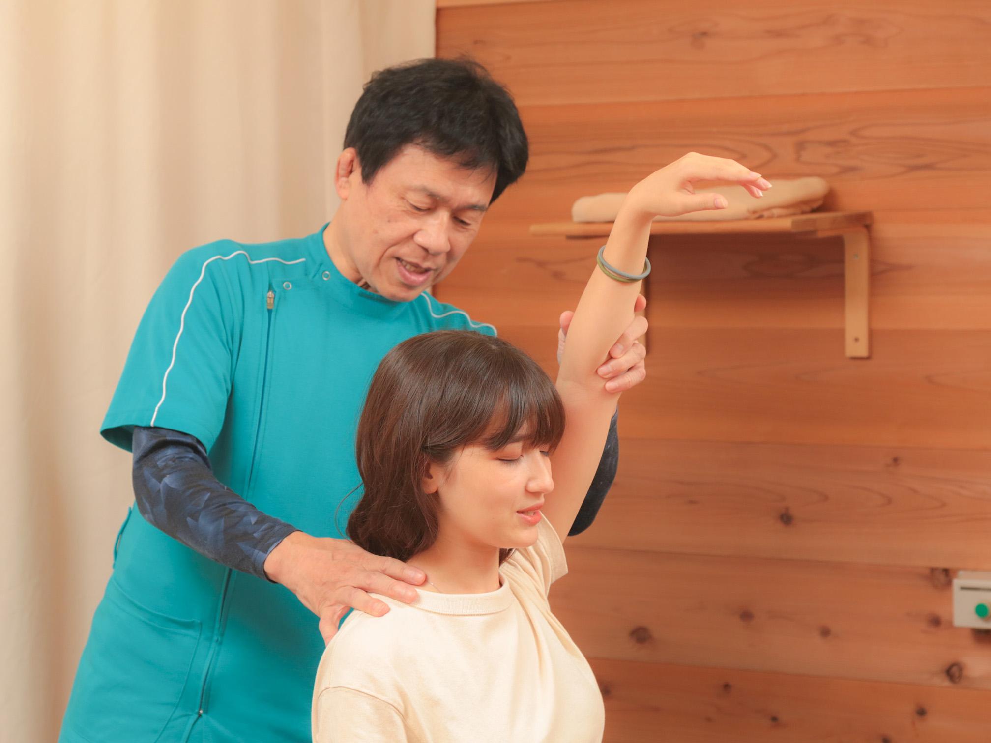 肩関節の動きを確認します