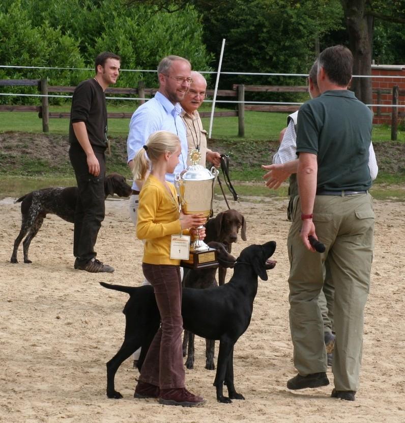 Siegerehrung - Pauline mit Kessy von Königsmark und dem Pokal