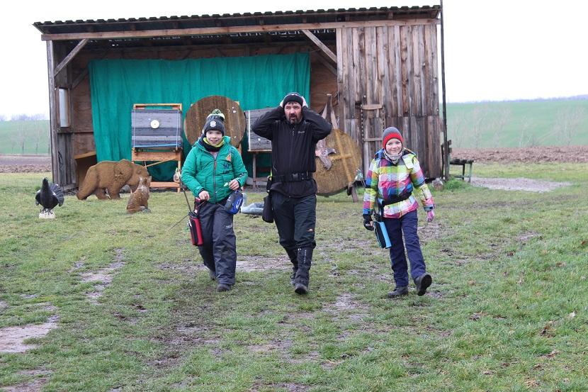 Frank mit seinen Schützlingen Noah und Hanna