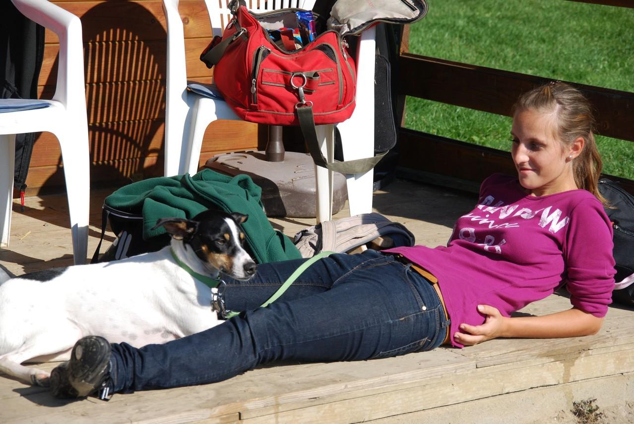 Anna und Luc geniessen ein Sonnenbad