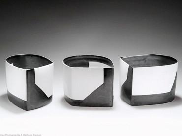 Karin Bablok | Porzelanunikat geometrisch bemalt | Mehrteilig |Hcm x Bcm