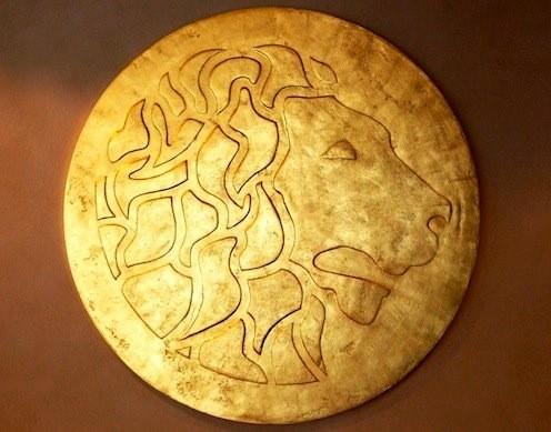 Dieser Löwenkopf wurde von uns modelliert und später mit Blattgold beschichtet. Er bildet das Logo eines bekannten Restaurants und hat einen Durchmesser von 110 cm.