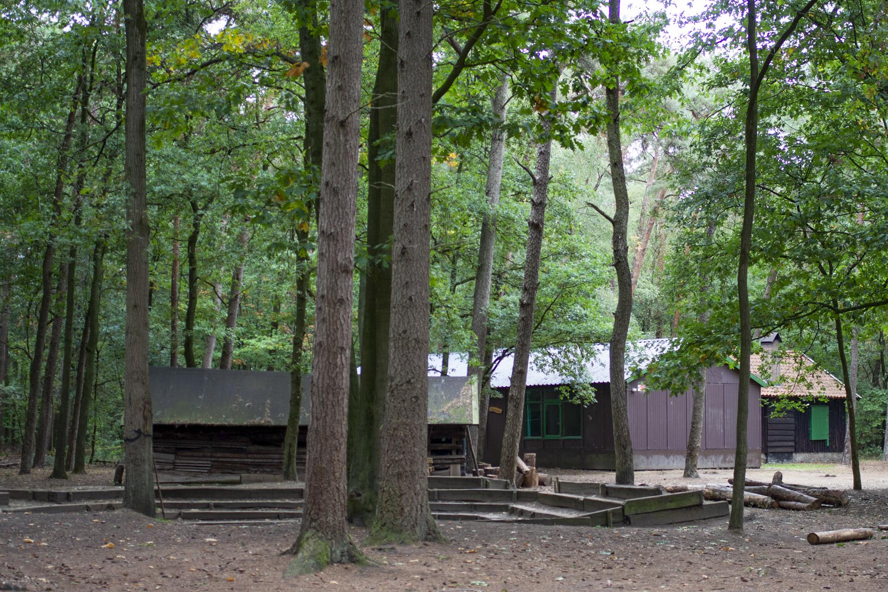 De Bosua, op de voorgrond grote kampvuurkuil