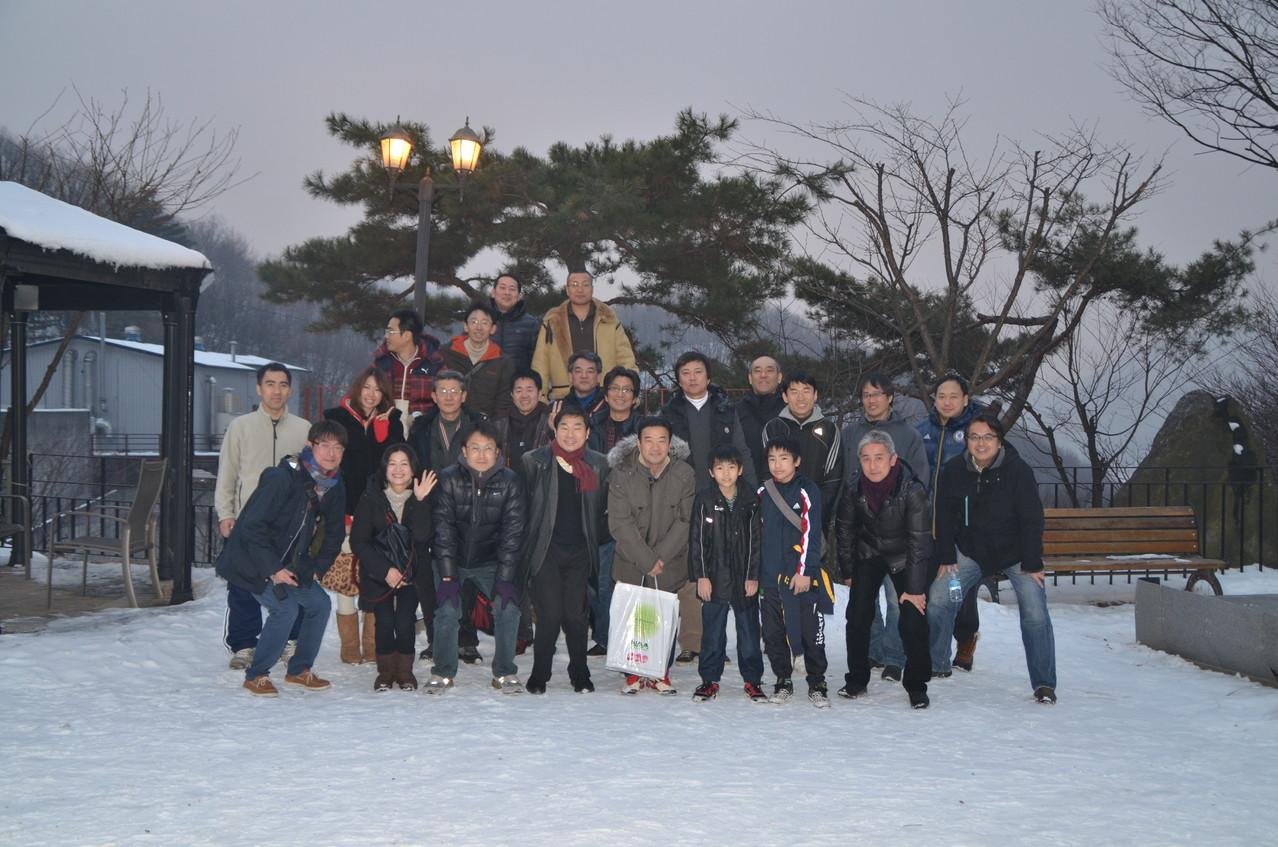 2013年1月 総会時の集合写真です。雪景色が綺麗なレストランでした。