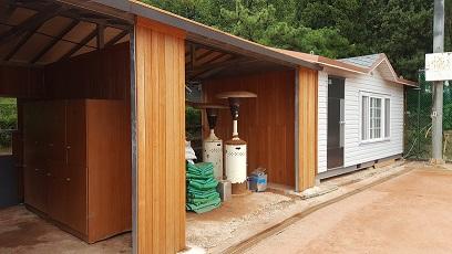 2017年の漢南テニスコートのフェンスの取替工事でベンチや倉庫も新しくなりました。