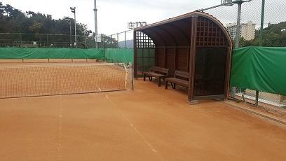 漢南テニスコート(7~10番コート)のオムニ化工事のついで(?)で、他のコートのベンチも新調