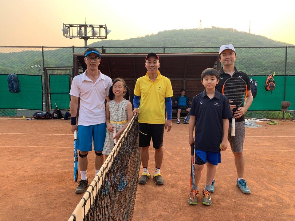 韓国の3つのテニスクラブ(河南・盤浦・0-40)との交流戦(日韓Jr. 親子対決) in 2019年5月12日(日) - 韓国側の女の子は韓国全国で3位