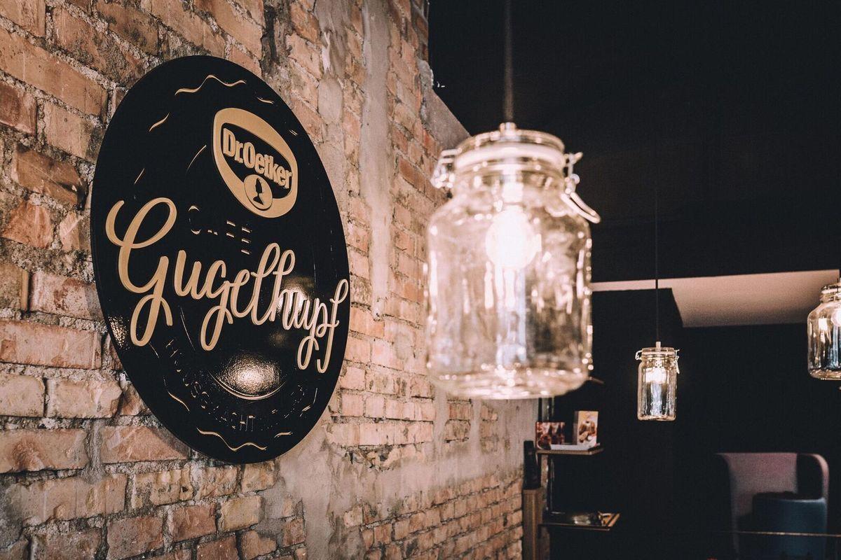 3D - Logo aus Metall  an Mauerwerk befestigt für Dr. Oetker Café Gugelhupf Luzern, Produktion und Montage BlackStone Werbetechnik Luzern