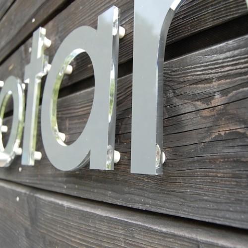Buchstaben aus Acryl auf Holz