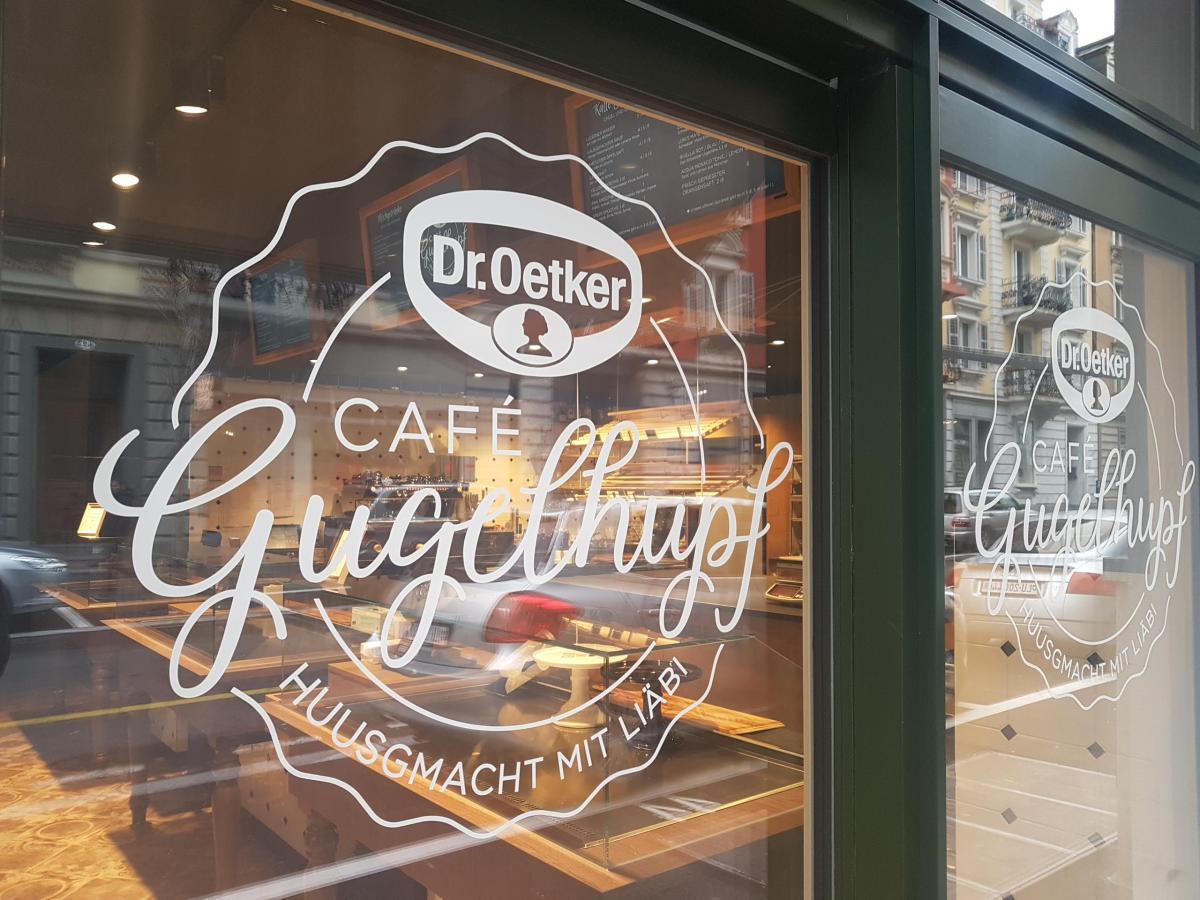 Schaufensterbeschriftung für Dr. Oetker Café Gugelhupf Luzern, Produktion und Montage BlackStone Werbetechnik Luzern
