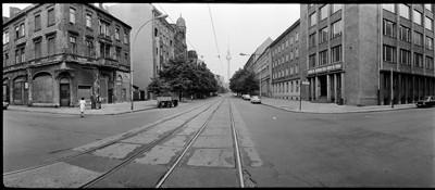 Hans Martin Sewcz (*1955) - Oranienburger Straße, Kreuzung Tucholskystraße, Berlin-Mitte 1979 - Gelatin silver print - 22,3 x 29,4 cm - © Hans Martin Sewcz