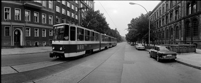 Hans Martin Sewcz (*1955) - Oranienburger Straße mit Straßenbahn, Berlin-Mitte 1979 - Gelatin silver print - 22,3 x 29,4 cm - © Hans Martin Sewcz