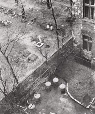 Manfred Paul (*1942) - Hinterhof/Friedhof/Lychener Straße, Berlin 1979 - Gelatin silver Printed 1979 - 20x24 (30x40) cm - © Manfred Paul