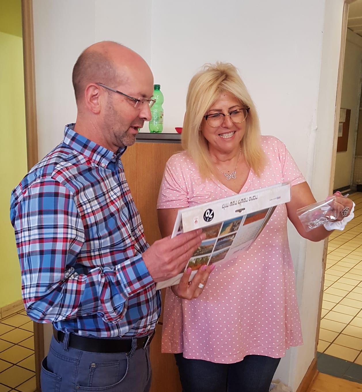 Bürgermeister Wegener und Betreuerin Liz