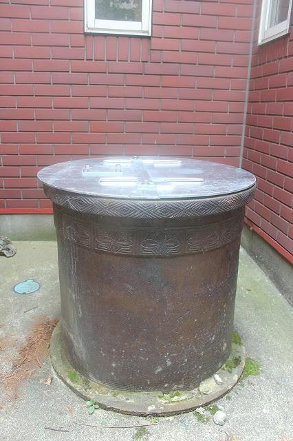 伝統的な井戸枠と井戸蓋