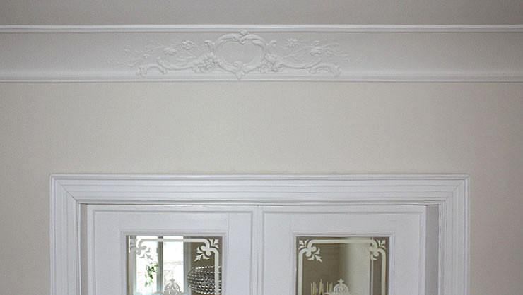Detail eines Stuckprofils im Wohnzimmer mit ausgeführtem Leimfarbenanstrich