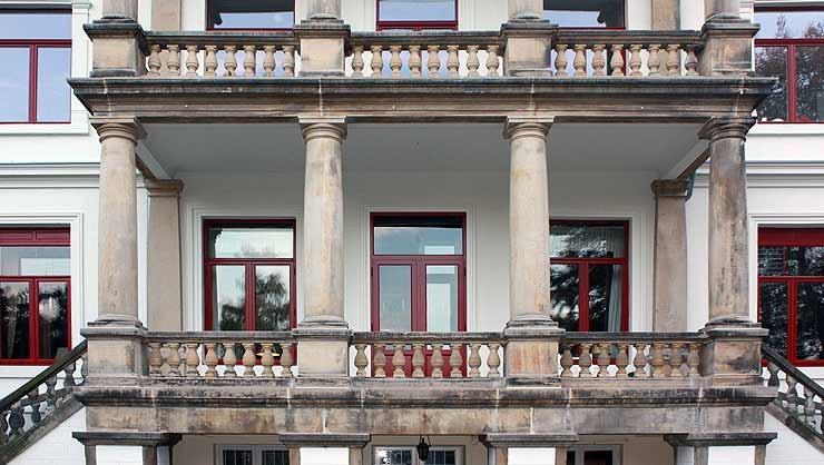 Farbabstimmung der Fassade und Fenster in enger Abstimmung mit der Denkmalpflege