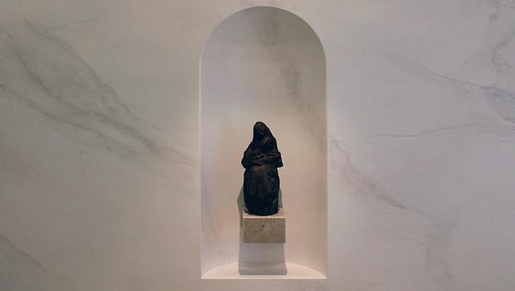 Konche mit neu geschaffener Skulptur in händisch marmorierter und polierter Stuccolustroarbeit