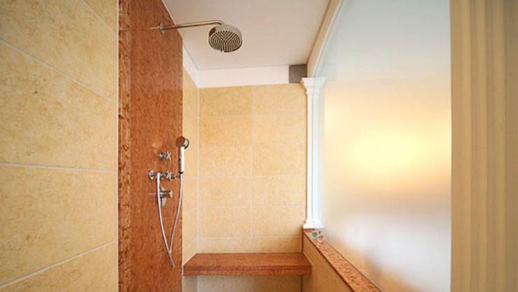Duschbereich mit satinierter Glasscheibe zum Whirlpool
