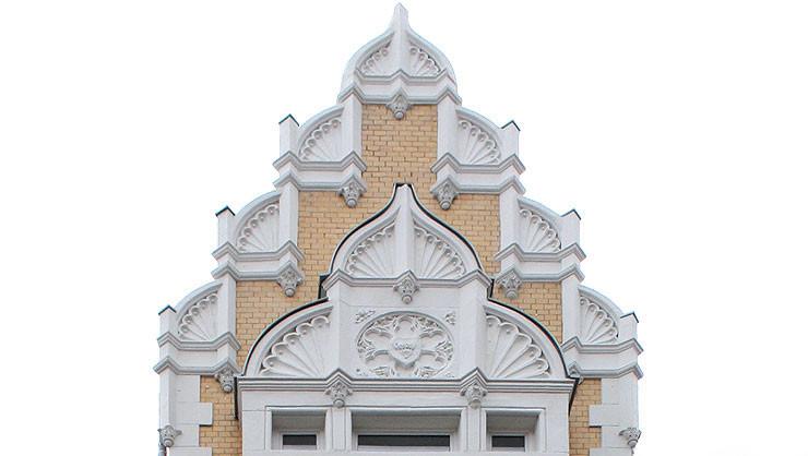 Detail aus dem gotisierenden Giebel des Risalits