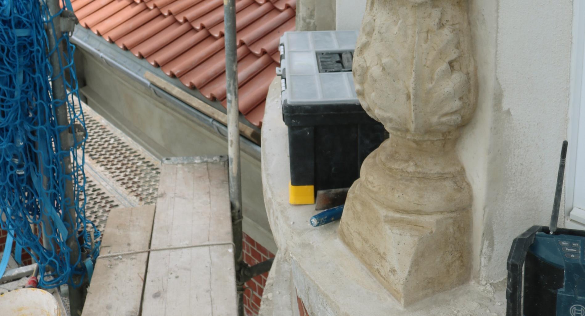 Neue Säulenbasis mit Akanthusblatt in Romanzemetmörtel; in bestehende Säule eingearbeitet