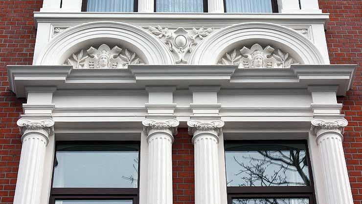 Detailansicht der Fensterbekrönung im 1. OG, Mittelrisalit