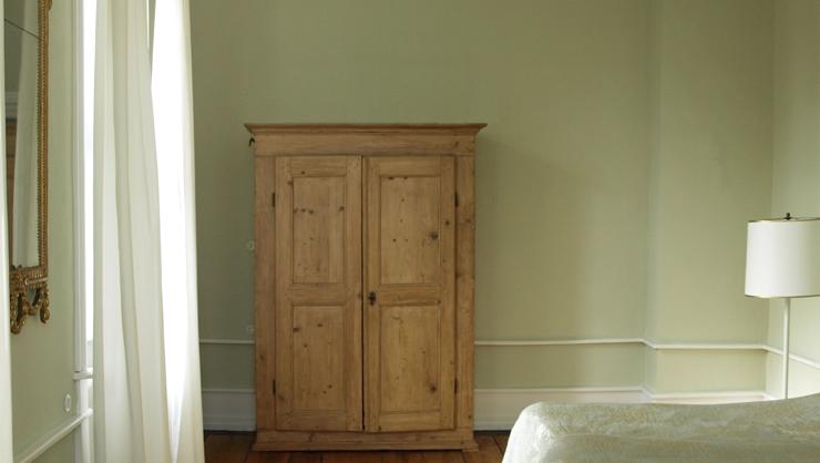 Kreide Emulsion Saporo als Wandfarbe in einem luftigen Gästezimmer