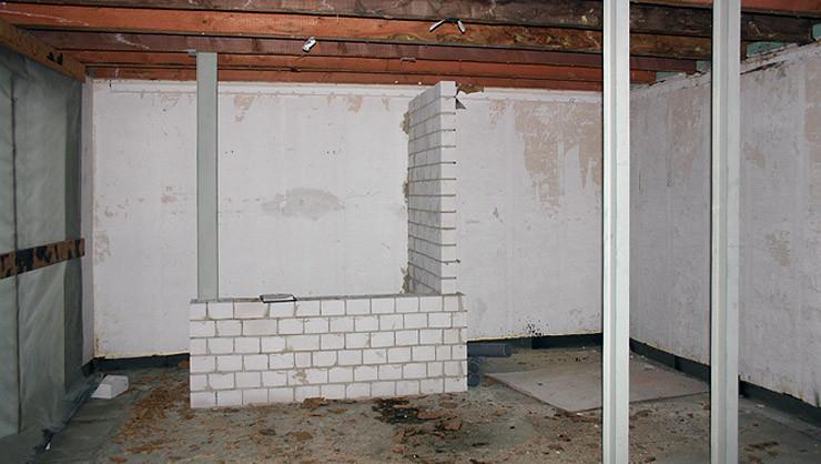 Badezimmer vor den Trockenbau-, Stuck- und Malerarbeiten sowie der Wandgestaltung