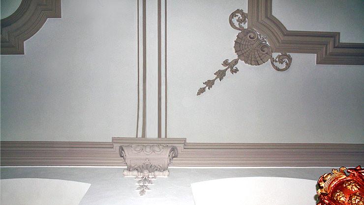 Gurtbogen der Flachdecke nach der Rekonstruktion mit restauriertem Muschelwerk rechts