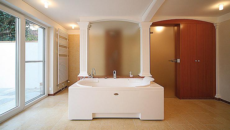 Glasabtrennung von Whirlpool und Dusche mit Stucksäulen und Segmentbogen