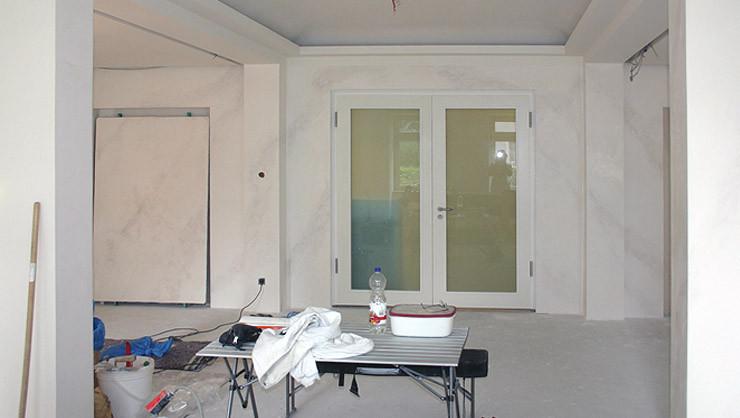 Wandfläche während der Fertigstellung der Stuccolustroarbeiten ohne Politur