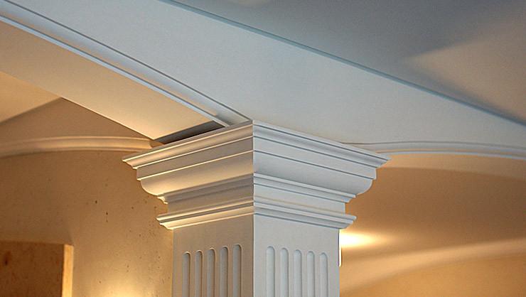 Detail Säulenschaft mit Kanneluren, dorischem Säulenkapitell und profilierten Segmentbögen