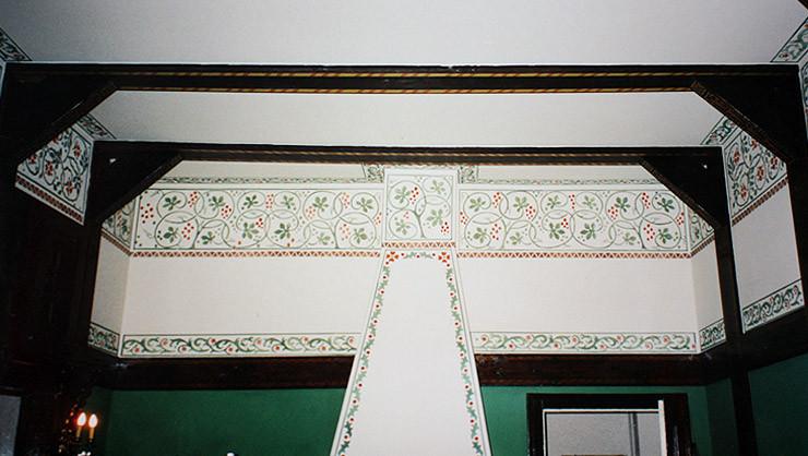 Wandfläche der Kaminwand nach der Rekonstruktion der Schablonenmalerei