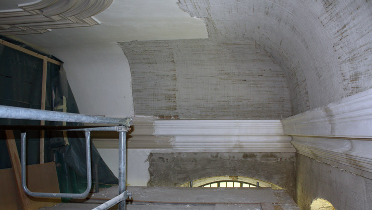 Große Hohlkehle während der Rekonstruktion des Gurtgesims