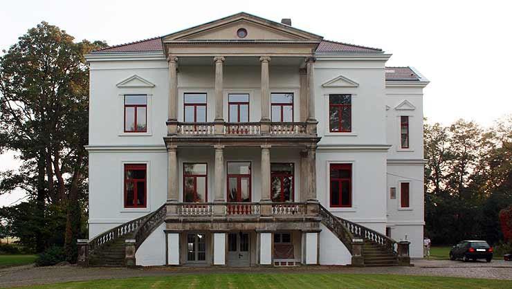 Restauriertes spätklassizistisches Herrenhaus mit geschwungener Freitreppe