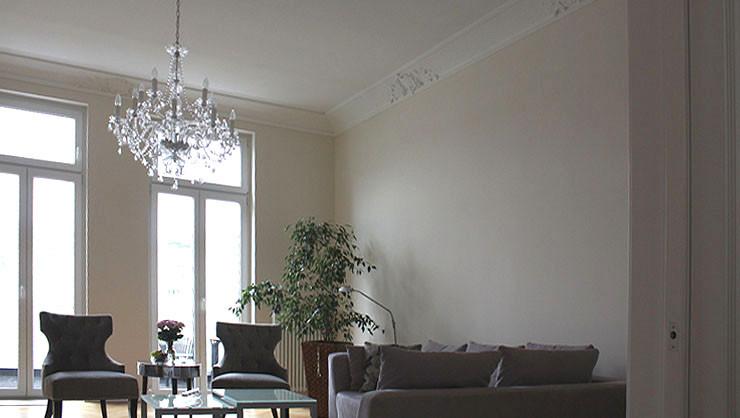 Wohnzimmer mit Stuckdecke und ausgeführten Malerarbeiten