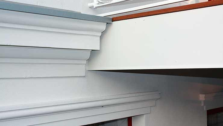 Restauriertes Stuckprofil im Anschlussbereich des Gurtgesims, Balkon 1. OG