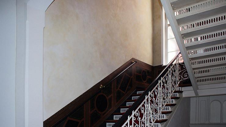 Treppenhaus nach erfolgter Restaurierung und Wandgestaltung