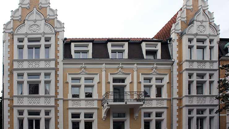 Putz- und Klinkerfassade mit Fialen bekrönt, Stadtteil List