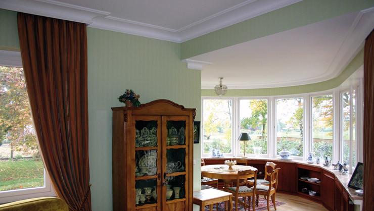 Oval ausgeformter Salon mit angefertigten gebogenen Stuckprofilen