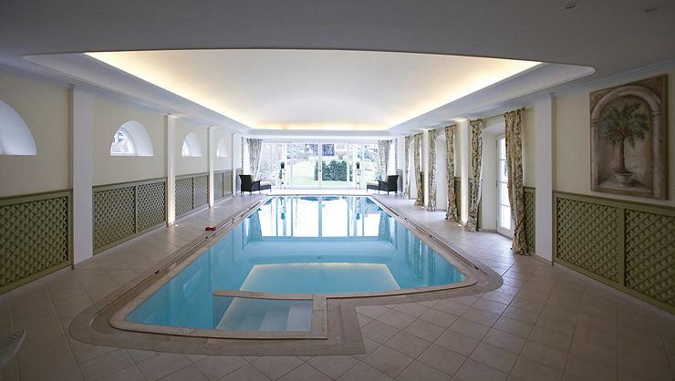 Stuckdecke im Schwimmbad mit freihängendem Stuckprofil unter der gewölbten Deckenfläche