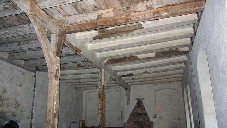 Seitenflügel der Pressstuckdecke vor dem Beginn der Restaurierung