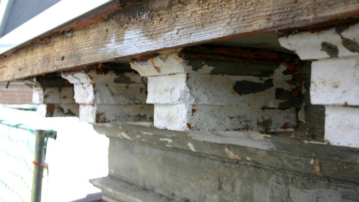 Konsolen des Giebeldreiecks vor der Restaurierung